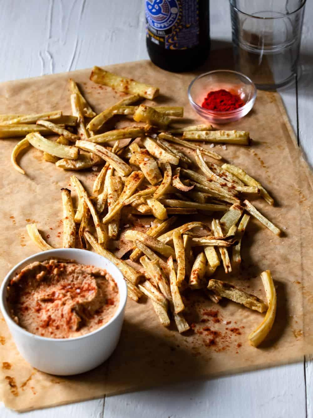 Pommes frites på palsternacka med soltorkad tomat-hummus på bakplåtspappar