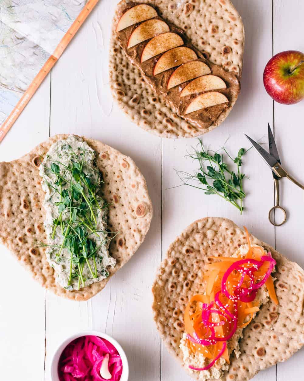 3 veganska tunnbröds wraps på ett vit bord.