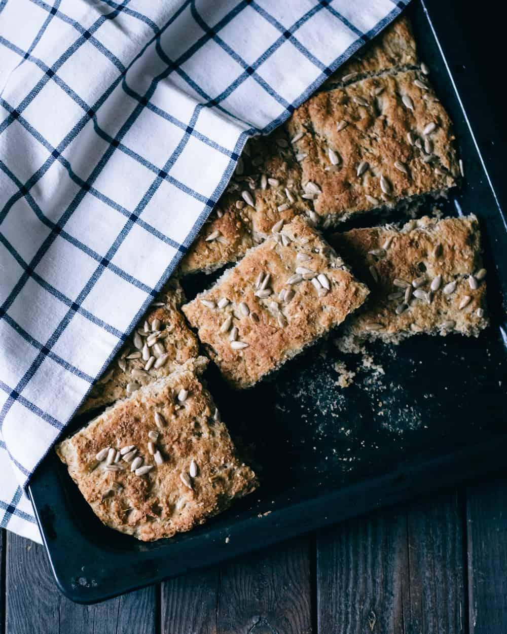 färskt bröd under en handduk