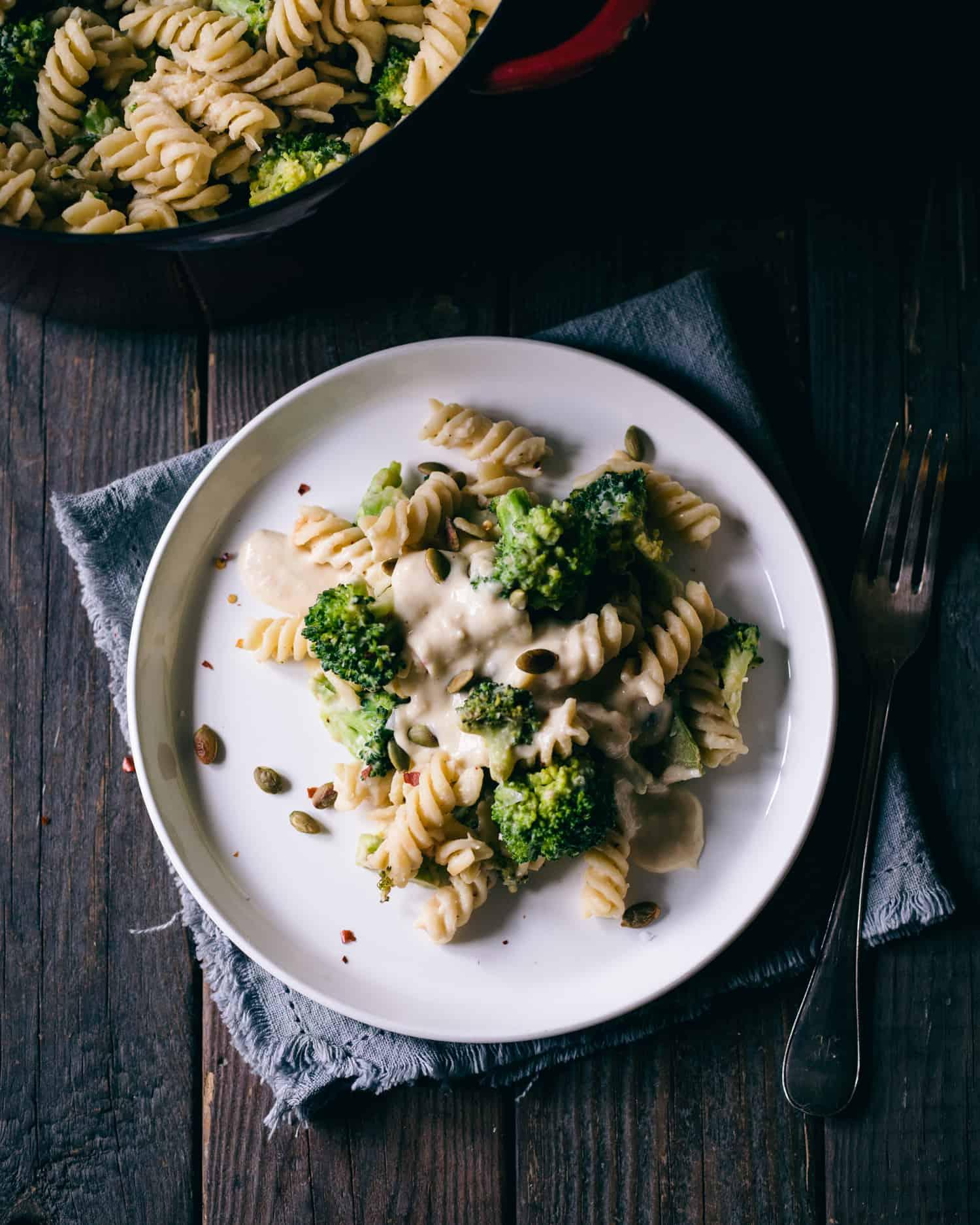 Pasta med broccoli på en tallrik.